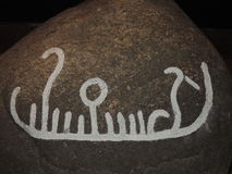 Gravures van de bronstijd de godsdienstige rots - schip dragende zon Stock Afbeelding
