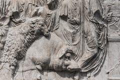 Gravures zinspelend aan Egyptische die mythologie, in steen wordt gemaakt royalty-vrije stock foto