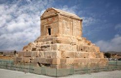 Gravvalv av Cyrus det stort i Pasargad mot blå himmel med vita moln Royaltyfria Bilder