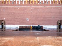 Gravvalv av den okända Soldien nära Kremlväggen royaltyfri fotografi