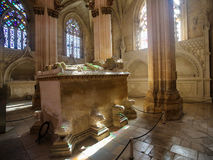 Gravvalv av konungen John I och Philippa på den Batalha kloster i Portuga Arkivfoton