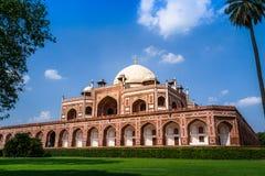 Gravvalv för Humayun ` s, Delhi med blå himmel Arkivfoto