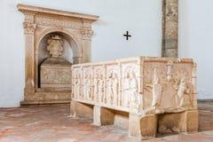 Gravvalv med basreliefgarneringar i Santa Clara Church Arkivfoto