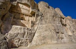 Gravvalvet av den persiska linjalen Darius det stort som lokaliseras bredvid annan Achaemenian, gör till kung Royaltyfri Fotografi