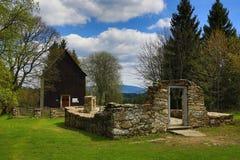 Gravvalvet av familjen Abel, det forested bergiga landskapet nära sjön Laka, Prášily, Šumava, Tjeckien arkivbilder