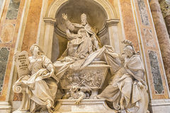 Gravvalvet av Gregorio XIII i Sts Peter basilika vatican rome Arkivbild