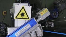 Gravyr för laser-markeringsmaskin Tillverkning av den plast- fabriken för vattenrör Process av plast- rör för danande på arkivbilder