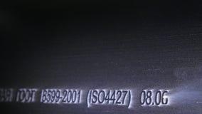 Gravyr för laser-markeringsmaskin Tillverkning av den plast- fabriken för vattenrör Process av plast- rör för danande på royaltyfri foto