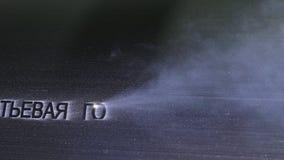 Gravyr för laser-markeringsmaskin Tillverkning av den plast- fabriken för vattenrör Process av plast- rör för danande på royaltyfria foton