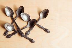 Grawerować herbaciane łyżki na drewnianym tle Kuchenny i Restauracyjny poj?cie fotografia stock