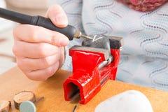Grawerować kamień z obrotowym wielo- narzędziem Fotografia Stock