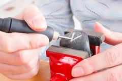 Grawerować kamień z obrotowym wielo- narzędziem Obraz Royalty Free