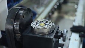 Graxa de derramamento do trabalhador na unidade industrial Trabalhador que lubrifica as peças do ferro filme
