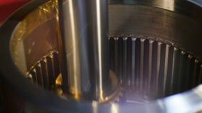 A graxa refrigerando do close up lubrifica o torno do metal no movimento lento vídeos de arquivo