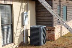 Gray Air Conditioner Condensor enhet bredvid hem med stegen royaltyfria foton