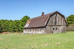 Gray Barn sopravvissuto con Rusty Metal Roof fotografie stock libere da diritti