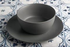 Gray Bowl i en tegelplattabakgrund royaltyfria bilder