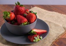Gray Bowl med jordgubbar arkivbild