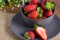 Gray Bowl mit Erdbeeren stockbilder
