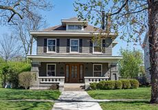 Gray Brick Craftsman Style House met Open Portiek royalty-vrije stock foto