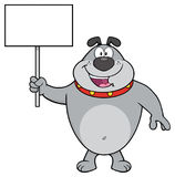 Gray Bulldog Cartoon Mascot Character heureux tenant un signe vide Images stock