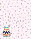 Gray Bunny timido sul fondo dell'uovo di Pasqua Immagine Stock