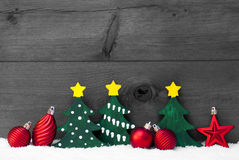 Gray Christmas Card With Green-Bomen en Rode Ballen, Sneeuw Royalty-vrije Stock Afbeeldingen