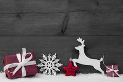 Gray Christmas Card With Red-Dekoration, Kopien-Raum, Schnee Lizenzfreie Stockfotos