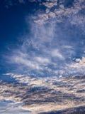 Gray Clouds ondulado blanco imagenes de archivo