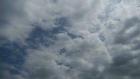 Gray Clouds ziehen in den Himmel um Geschossen auf Kennzeichen II Canons 5D mit Hauptl Linsen stock video