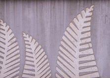 Gray Concrete adornó con arte de la hoja del helecho Imágenes de archivo libres de regalías