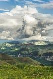 Gray Cumulus fördunklar i bergen för regnet Berg av Kaukasuset i begreppet av väder arkivfoto