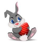 Gray Easter Rabbit, der Ei sitzt und hält Netter Karikatur Osterhasencharakter Stockbilder