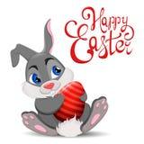 Gray Easter Rabbit, der Ei sitzt und hält Netter Karikatur Osterhasencharakter mit Hand gezeichneter Beschriftung Lizenzfreies Stockfoto