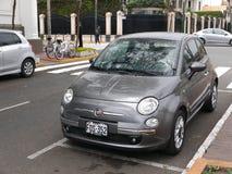 Gray Fiat 500 som parkeras i det Barranco området av Lima Royaltyfri Fotografi