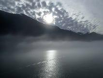 Gray Foggy Morning op zee royalty-vrije stock afbeelding