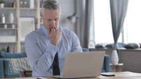 Gray Hair Businessman fatigué de sommeil au travail banque de vidéos