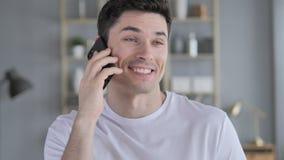 Gray Hair Businessman Talking sul telefono video d archivio