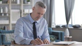 Gray Hair Businessman Writing una lettera stock footage