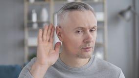 Gray Hair Man Listening Secret cuidadosamente almacen de metraje de vídeo