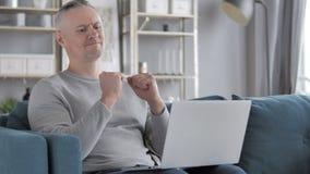 Gray Hair Man Sad voor Mislukking terwijl het Werken aan Laptop stock videobeelden