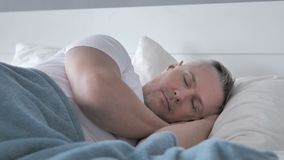 Gray Hair Man Sleeping na cama filme