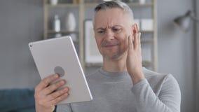 Gray Hair Man triste en el temor para perder en línea en la tableta almacen de video