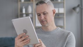 Gray Hair Man Using Tablet nel luogo di lavoro archivi video