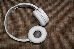 Gray Headphones no fundo escuro da textura fotografia de stock