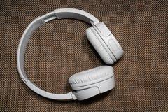 Gray Headphones sur le fond foncé de texture image libre de droits