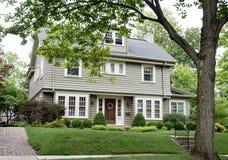 Gray House mit Paned Windows Stockfoto