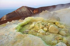 Gray Hydrogen Volcano et Volcano Craters sur l'île de Vulcano, Lipari, Italie Coucher du soleil, gaz, soufre, paires toxiques, év image stock
