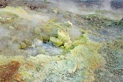 Gray Hydrogen Volcano et Volcano Craters sur l'île de Vulcano, Lipari, Italie Coucher du soleil, gaz, soufre, paires toxiques, év images stock