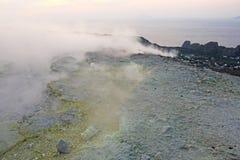 Gray Hydrogen Volcano et Volcano Craters sur l'île de Vulcano, Lipari, Italie Coucher du soleil, gaz, soufre, paires toxiques, év photos stock